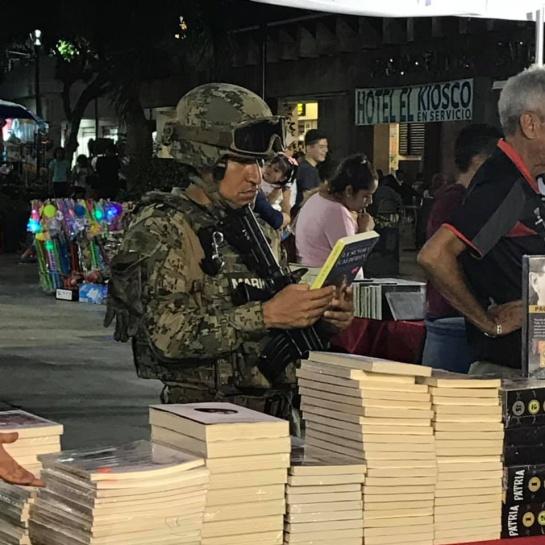 El soldado mexicano que soltó su arma para sostener un libro en Acapulco