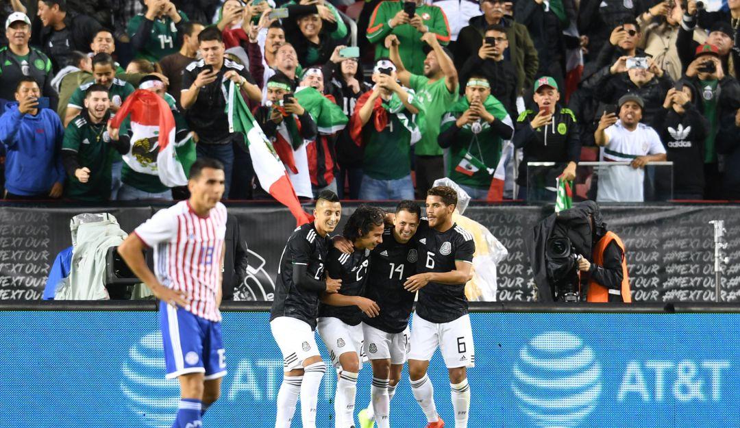 Javier Hernández festeja su gol.