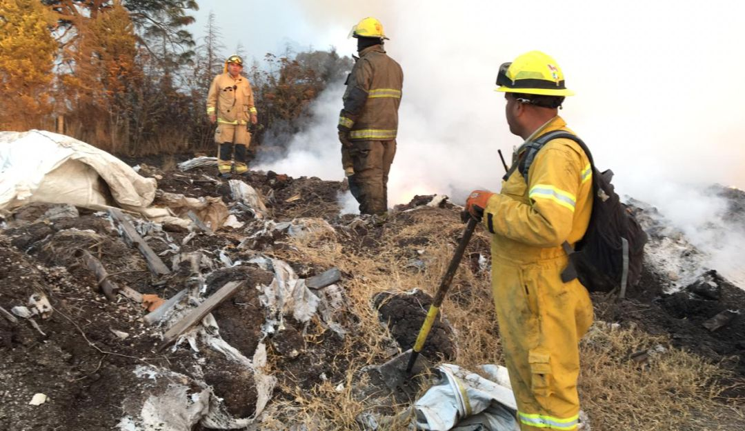 Bomberos siguen trabajando en incendio de La Venta del Astillero