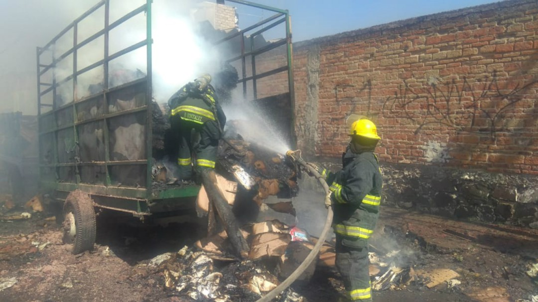 Camioneta se incendia en la colonia Ferrocarril