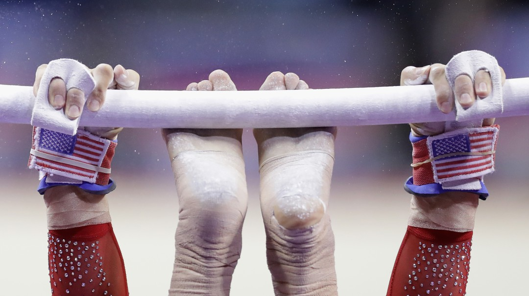 Gimnasta se fractura las dos piernas en competencia
