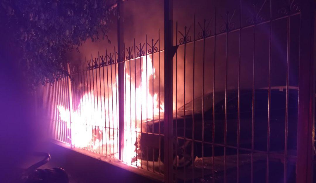 Incendian agencia de autos y dejan mensaje amenazante