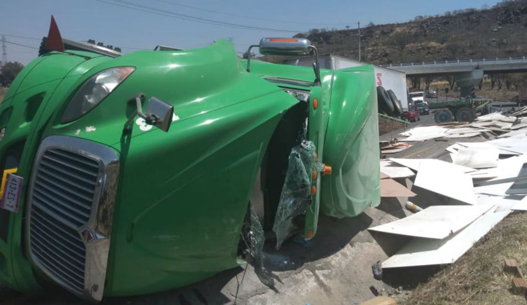 Se vuelca tráiler en Acatlán de Juárez