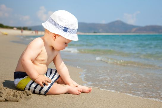 Para bebés o niños menores de 6 meses de edad se recomienda no sacarlos al sol debido a que si se aplica bloqueador o alguna pomada de protección solar le puede perjudicar a su piel