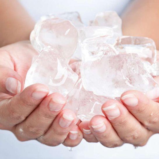 El colocar hielo en la piel dañada por el sol, lo único que hace es afectarla.