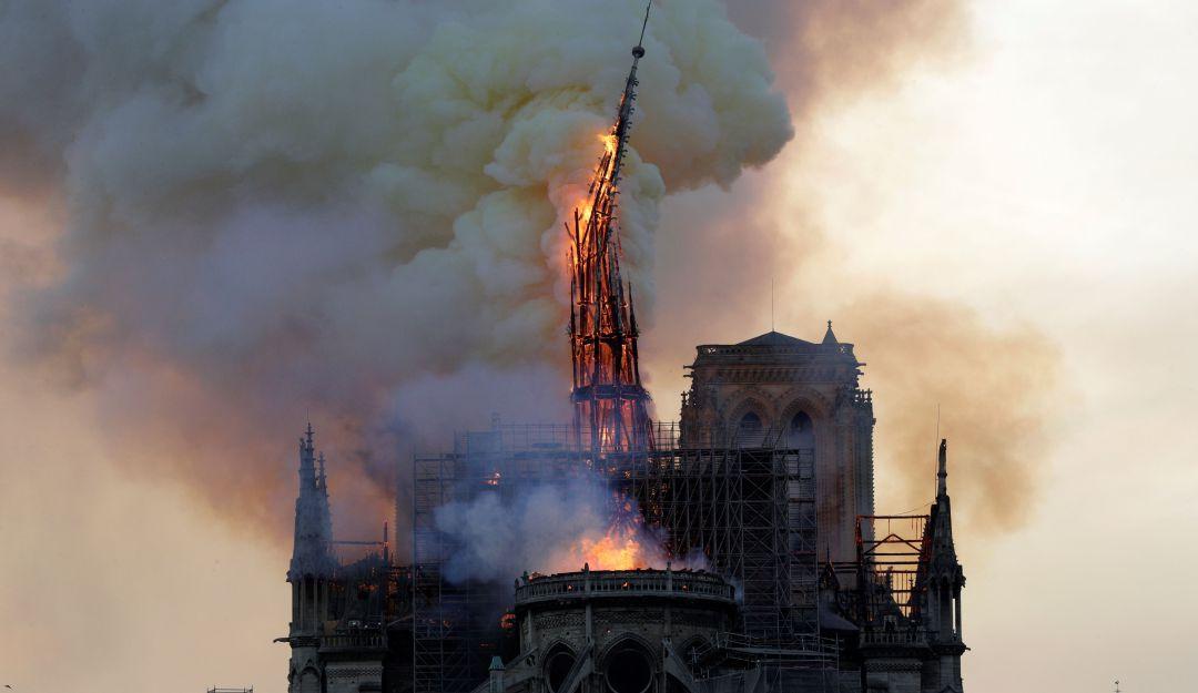 Catedral de Notre Dame sufre incendio ¡París se llena de humo! VIDEOS