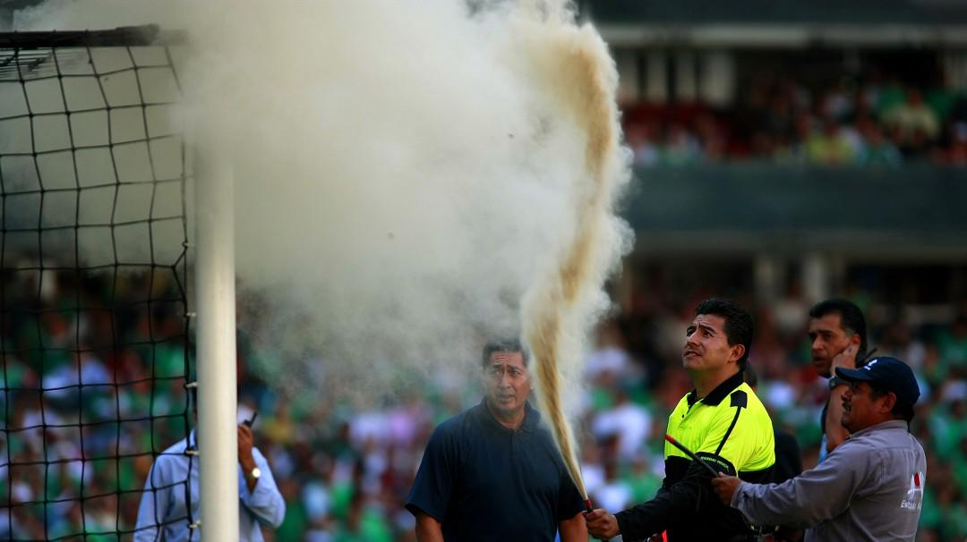 Abejas atacan en un partido de futbol