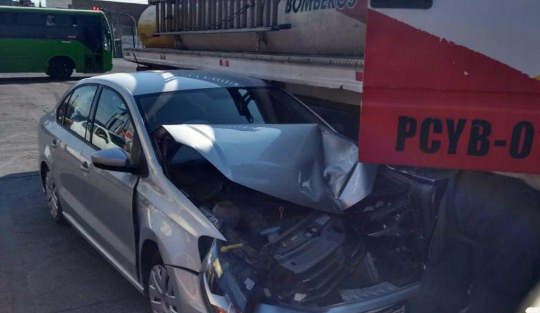 Choque entre un auto y una pipa deja un lesionado