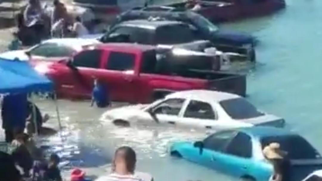Sonora: Marea inunda autos de vacacionistas en playas de Puerto Peñasco
