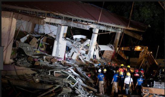 El terremoto de Filipinas dejó muchos damnificados, rescatistas hacen lo posible por salvar gente de los escombros.