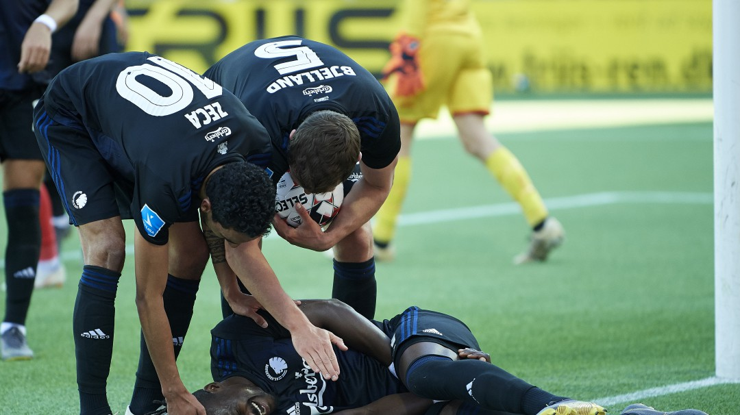 Futbolista mete gol con los testículos y se lesiona