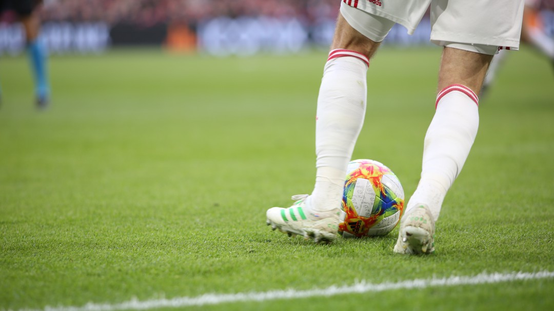 Futbolista lesiona a compañero que entraba de cambio con piquete de ojo