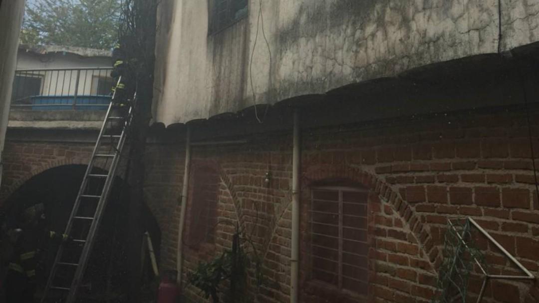 Incendio deja daños materiales en vivienda