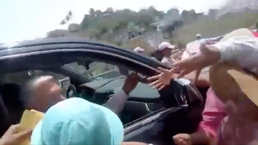 AMLO es detenido en carretera por manifestantes de Oaxaca para reclamarle