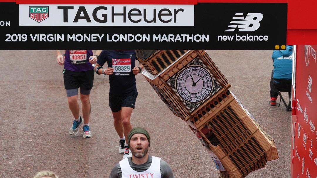 Maratonista se disfraza de Big Ben y no pudo cruzar la meta