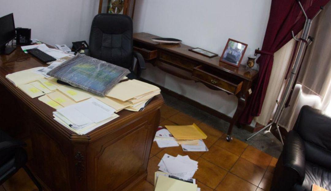 Denuncia robo en su oficina
