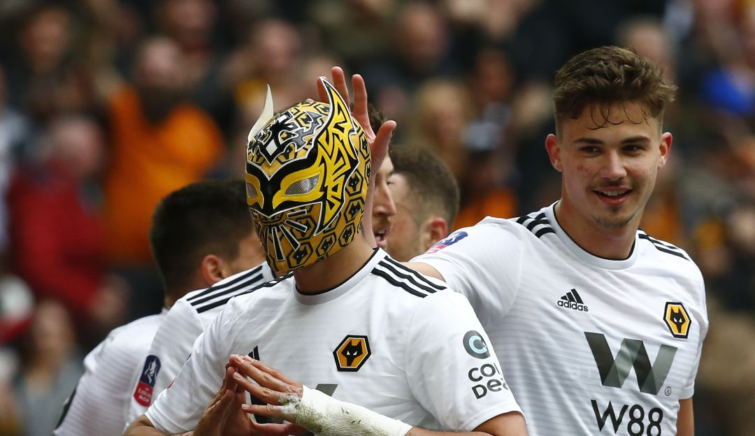 Raúl Jiménez festeja un gol con la máscara de Sin Cara