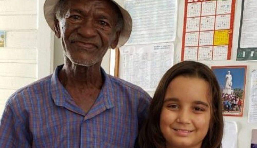 Qué gran ejemplo; niña de 9 años enseña a leer a vendedor de paletas