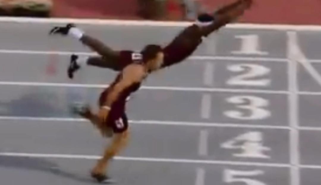 Un último esfuerzo; atleta se avienta sobre la meta para asegurar victoria