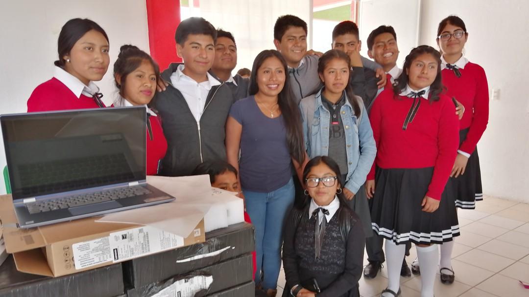 Yalitza Aparicio Martínez regresa a Tlaxiaco y regala computadoras