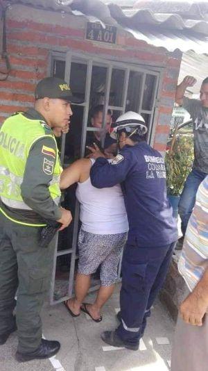 Mujer queda atorada en la reja de su vecina por 5 horas, el cuerpo de bomberos y la policía la rescataron.