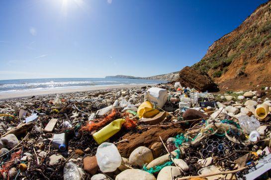 La Contaminación por plástico producida al año va entre 8 a 12 millones de toneladas.