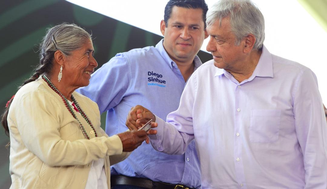 Con aplausos AMLO despide a marinos fallecidos en Querétaro