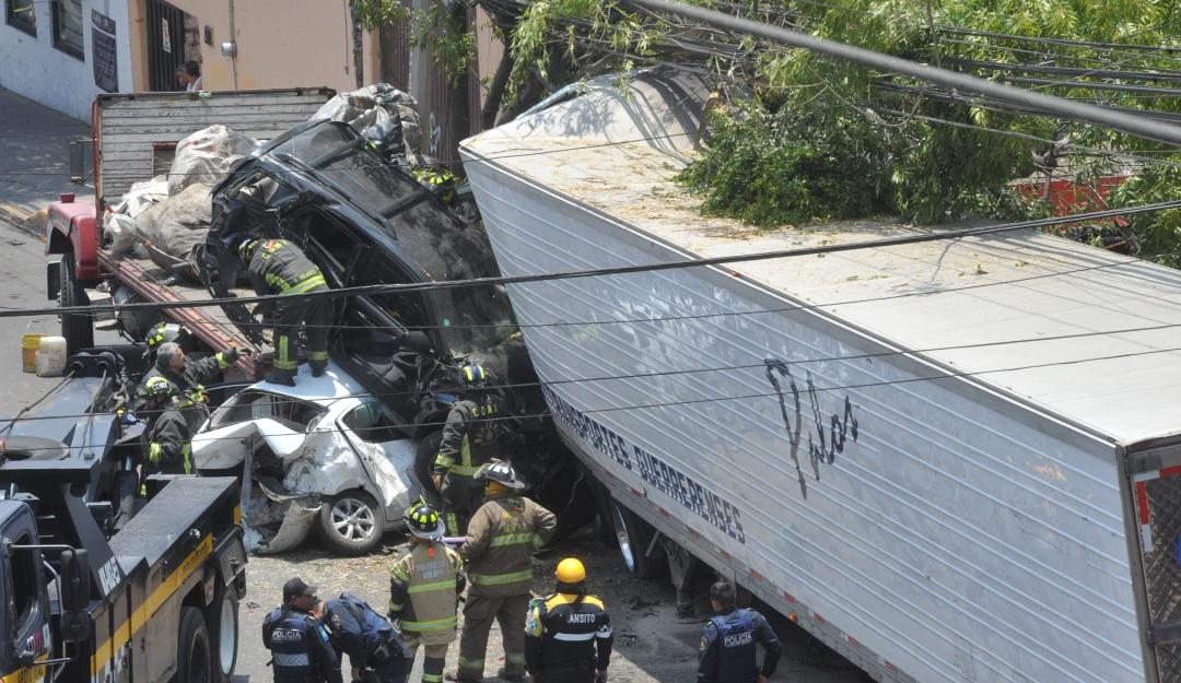 Tráiler impacta vehículos en Santa Fe; el saldo es de 4 muertos