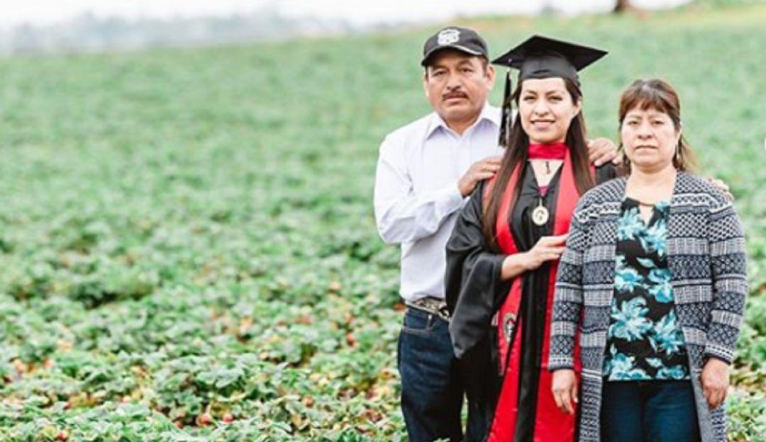 Migrante mexicana toma fotos de su graduación en el campo con sus padres