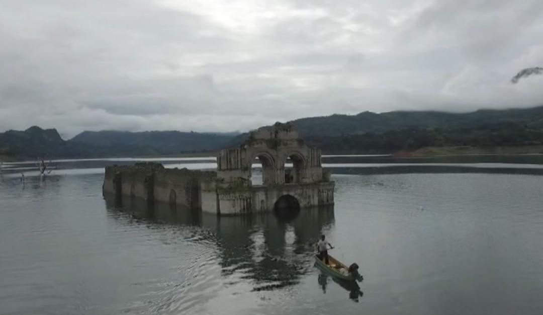 Convento emerge de las aguas en Chiapas