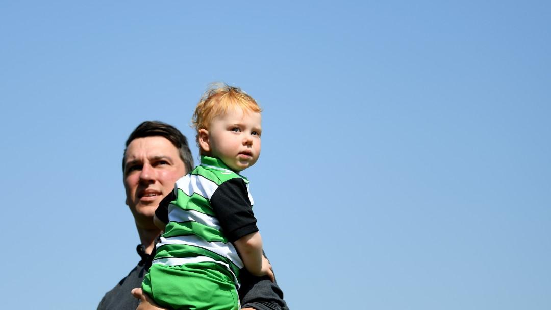 Empuja a su hijo con todo y silla de ruedas para que pueda jugar futbol