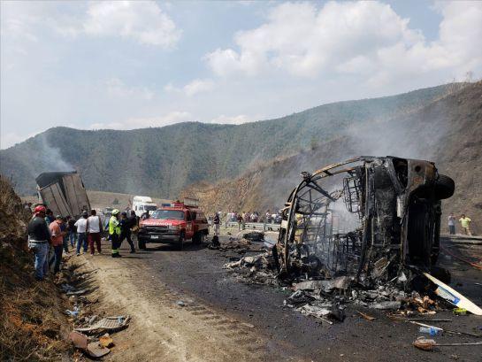 Confirman 21 muertos por choque en Veracruz