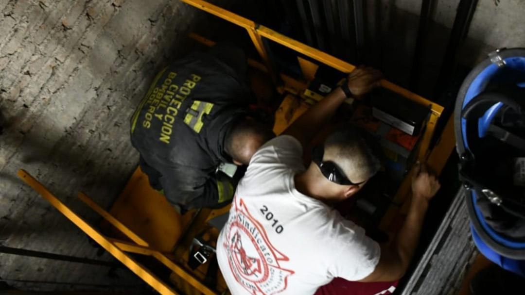 Rescatan a 3 de elevador