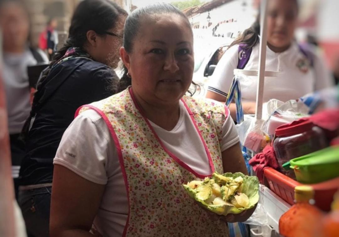 Pátzcuaro se une y cambia los platos desechables por hojas de repollo