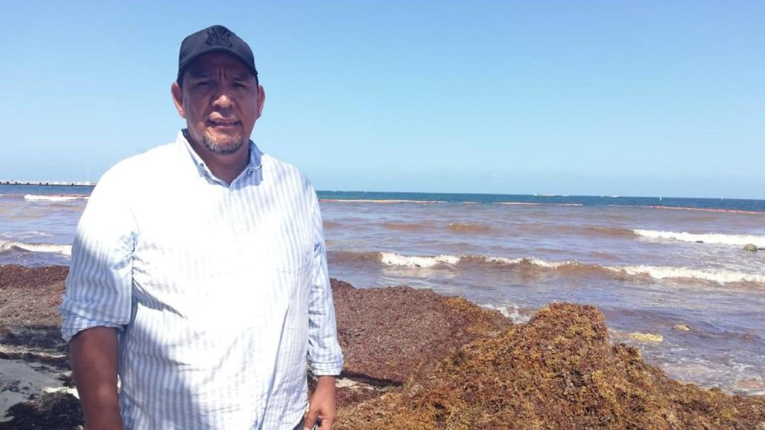Señor Sargazo; convierte alga en tabique y construye casa en Quintana Roo