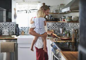Sin prejuicios de género; ayuda en casa y tu hija será exitosa