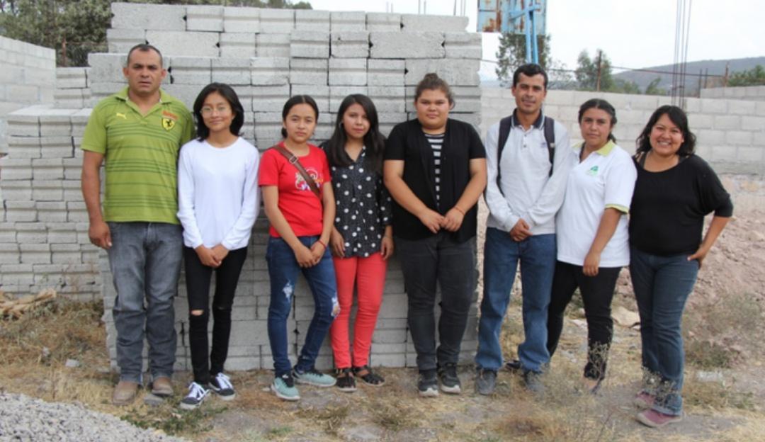 Lo están logrando; estudiantes donan su beca para construir escuela