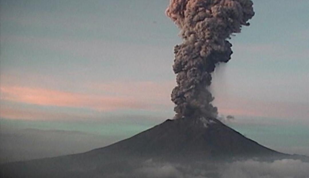 El Popocatépetl despierta con fuerte explosión