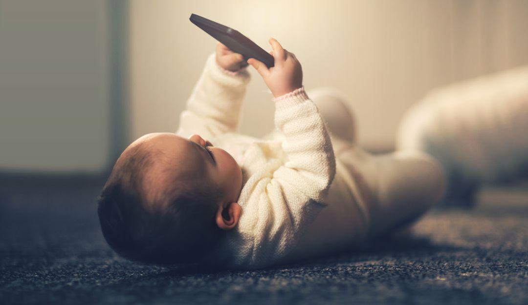 Niña casi pierde la vista por el uso del celular