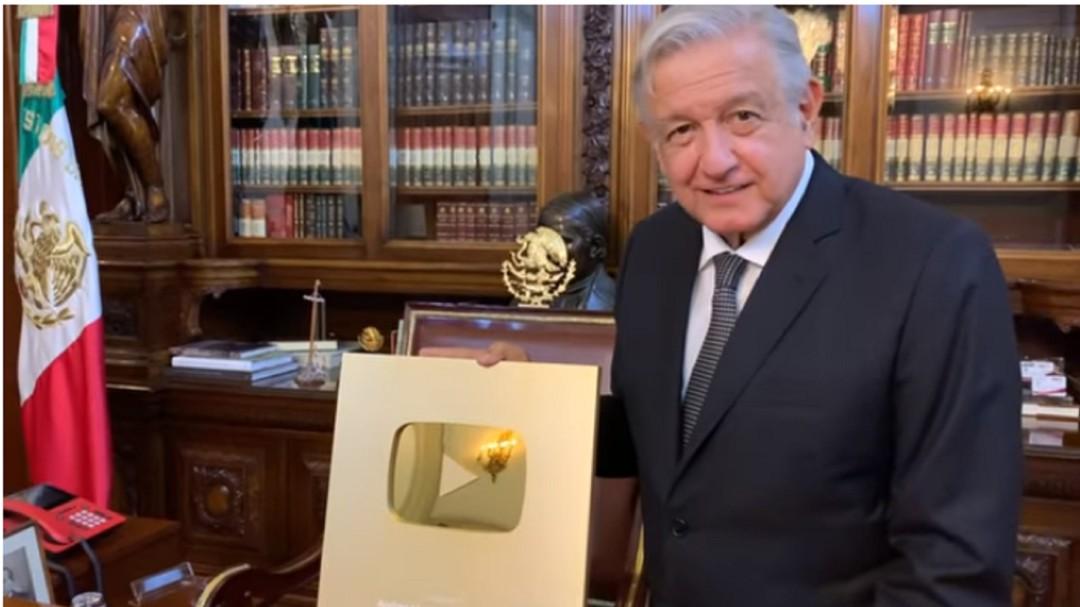 Todo un influencer; AMLO recibe botón de oro de Youtube