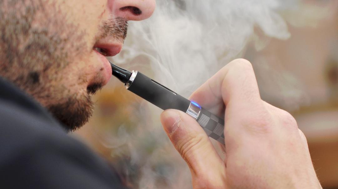 Cigarro electrónico le explota a adolescente y le fractura la mandíbula