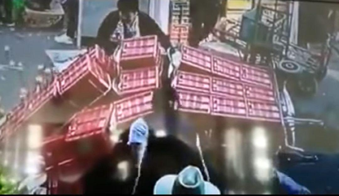Impactante video; mujer es sepultada por jitomates