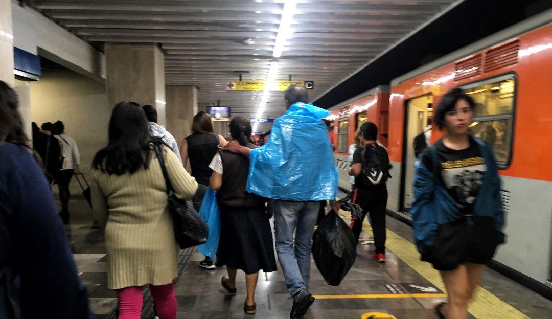 Para-metro; se le cae el paraguas a las vías y provoca cortocircuito