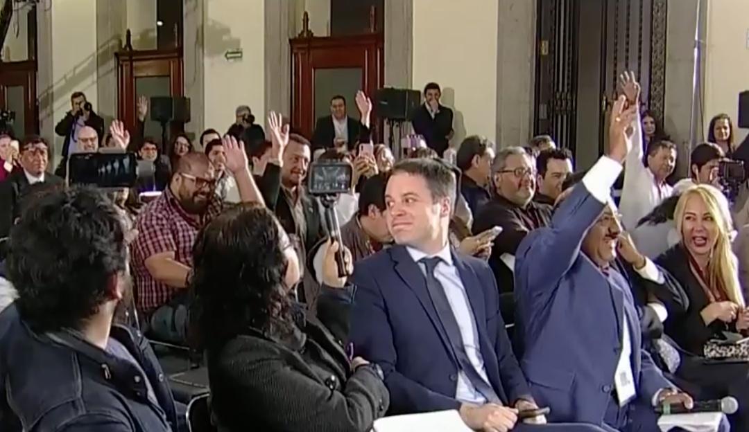 AMLO aplica consulta a mano alzada a reporteros en conferencia mañanera