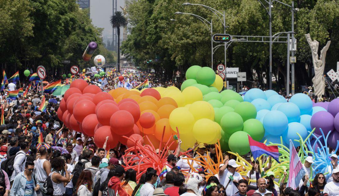 Miles de personas celebran el orgullo LGBT+ en la CDMX