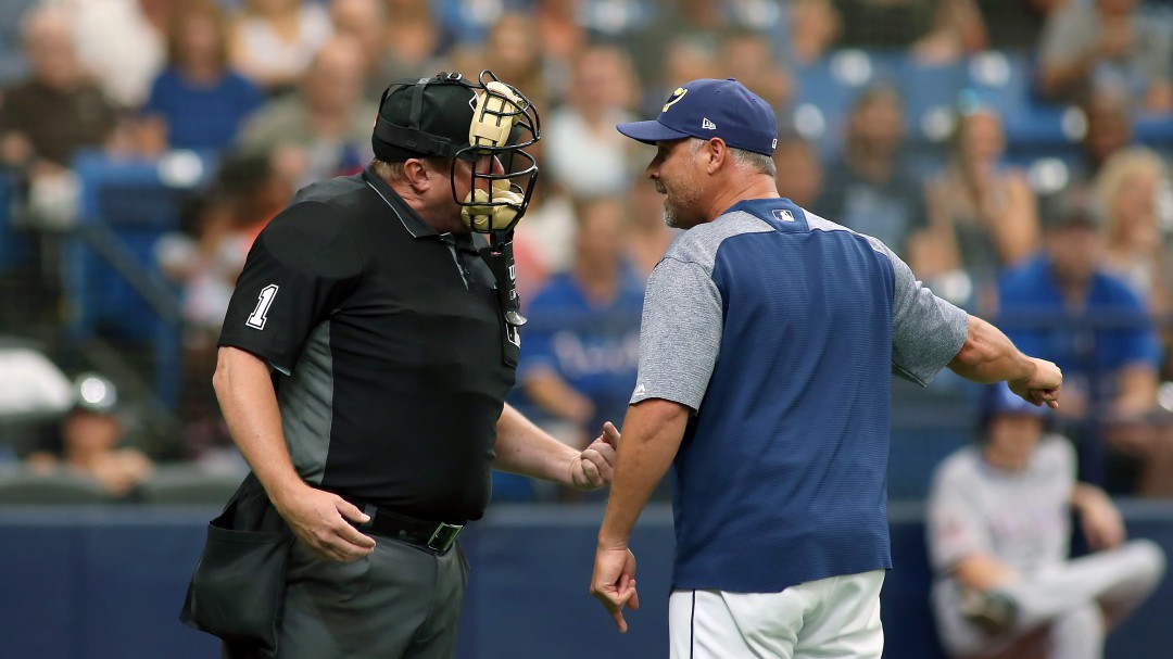 Vomito del Umpire detiene un juego de Beisbol