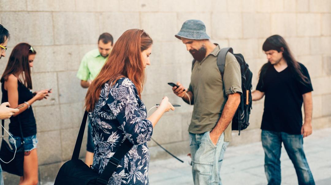 Así podrían ser los humanos en 80 años por usar demasiado el celular