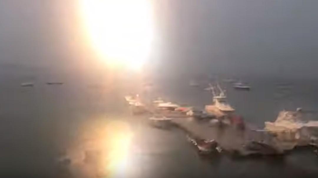 Impresionante; velero es alcanzado por rayo y graban el momento