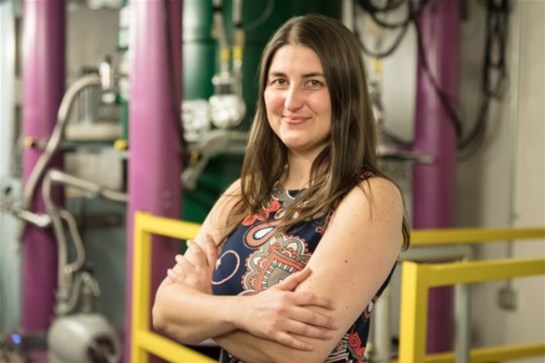 Leah Broussard trabajando en el Laboratorio Nacional Oak Ridge