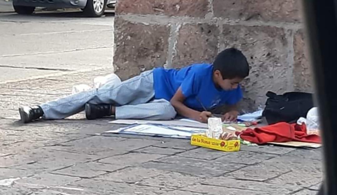 Esfuerzo por superarse; niño estudia mientras vende dulces y se hace viral